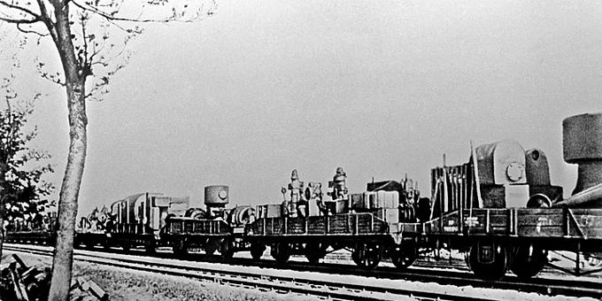 Поезд с оборудованием эвакуированного завода