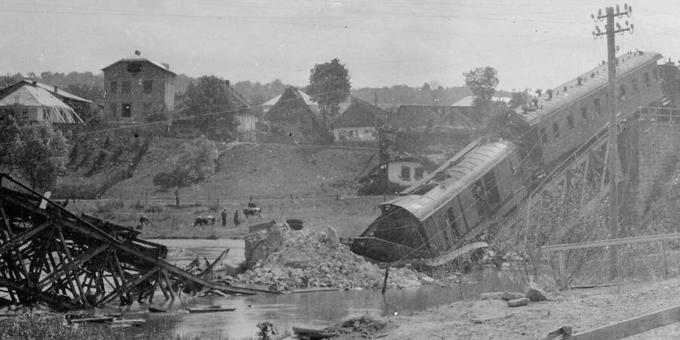 Разрушенный железнодорожный мост и разбитый поезд на станции Теребовля