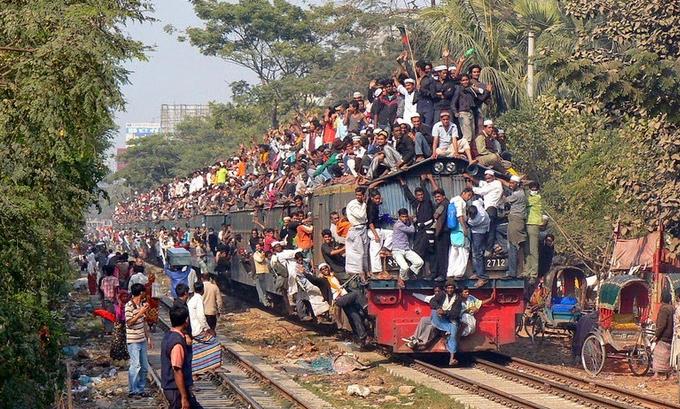 Трейнсёрферы на поезде в Бангладеш